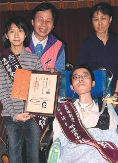 張恆鈞(右二)將出書版稅當獎學金,頒給汪家伶(左一)。 記者徐如宜/攝影