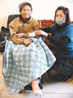 桃園縣一百零一歲人瑞葉順盛(左)申請巴氏量表沒過,向議員投訴後,兩小時快速過關。...