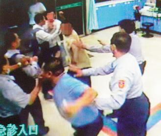 彰化一家醫院急診室,就醫民眾與友人在員警面前互毆,波及在場醫護人員。 報系資料照...