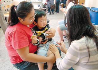 血清型19A引發的重症個案,近年越來越多,家長應提高警覺。圖為父母帶幼童施打肺炎...