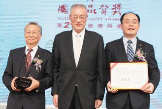 第21屆國家品質獎頒獎典禮昨天舉行,行政院長吳敦義(中)到場致詞並頒發「機關團體...