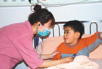 中興院區的護士正在幫年幼病人聽診。 圖/聯醫護理部提供