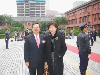 立委余政道(左)與太太張良穗感情甚篤,兩人是北醫藥學系同學,她生前和余政道在立法...