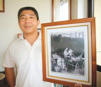 被媽媽張秀春抱在懷裡拜拜這張照片,是吳岳的最愛,他在德隆行館有間紀念母親的專室。...