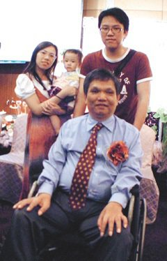單親爸爸江樹村(前坐輪椅)獲多元形象現代媽媽表揚,他的子,媳、孫女一起參加表揚典...