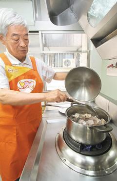 「罹癌後,究竟該吃什麼?」乳癌病友協會昨天舉辦「抗癌元氣料理競賽」,端出一道道幫...