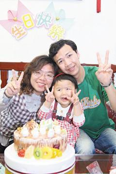 爸爸(右)與紋馨(中)罹罕病,兩人皆有藍眼睛及先天聽力受損,但一家人感情緊密。 ...