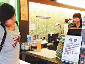 市面上不少飲料店,紛紛掛出公告,強調店內並未使用含塑化劑的原料。 記者廖雅欣/攝...