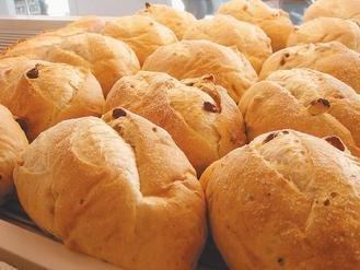 天然未加蛋糖奶油的麵包,外觀較粗糙、色澤較淡。 記者蔡佳妤/攝影