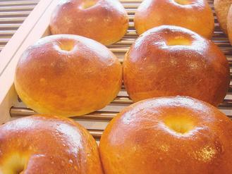 有較多添加物麵包,外觀較有色澤。 記者蔡佳妤/攝影
