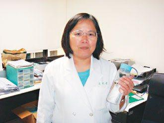 環保筷、陶瓷杯與運動水壺,是吳明玲辦公室必備的三法寶。