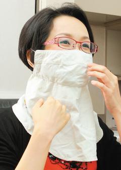 鄭惠文外出防曬總是全副武裝,抗UV遮陽帽、防曬油、墨鏡缺一不可。 記者高智洋/攝...