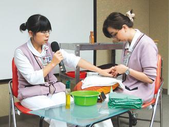 末期患者手部皮膚常會乾、癢,容易瘀青,護理人員輕柔地進行美手護理,呵護病人。 記...