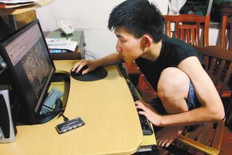 使用電腦時坐姿要正確,長久使用不良的坐姿會讓身體累積傷害。 記者陳志曲/攝影