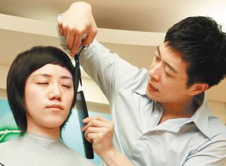 癌症希望協會希望癌友有美美的造型抗癌,邀請罹癌痊癒的婷婷(左)讓髮型師Akin(...