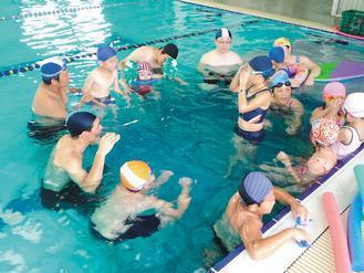 大林慈濟醫院特教團隊開辦暑期水中療育課程,指導老師與學生、家長一起學習水中活動技...