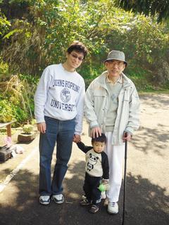 黃瑽寧醫師(左起)與兒子、父親黃富源醫師留下祖孫三代合影。圖片提供/黃瑽寧提供
