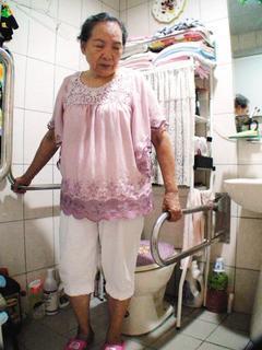 高雄市仁愛之家為防止老人摔倒,在浴室加裝扶手。80歲的黃雪清說,這些扶手的確可以...
