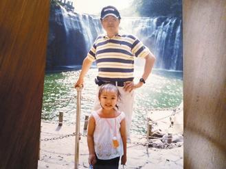 陳品潔3歲時,因治療頭髮稀疏,爸媽還是帶她到處走,給她快樂童年。 記者劉惠敏翻攝