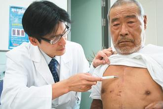 66歲的林先生(右)患嚴重的主動脈瓣膜狹窄合併逆流,經「微創心臟瓣膜手術」,傷口...