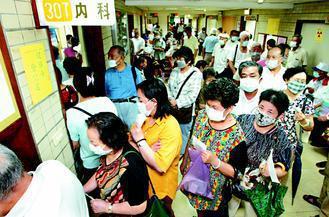 醫院看病領藥的人潮大排長龍。台灣因為有健保,生了病不必擔心要付出高額的醫藥費。 ...