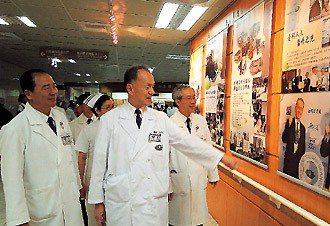 慈濟醫療志業執行長林俊龍(右二)、慈濟院長高瑞和(右一)等人觀賞慈院榮獲「台灣百...