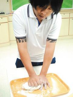 長期做饅頭的吳先生,脖子痠痛、手腳麻,原來是頸脊髓病變。 記者劉惠敏/攝影