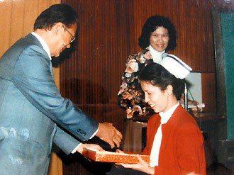 服務滿15周年時,吳美玉接受院長吳震春表揚。 圖/吳美玉提供