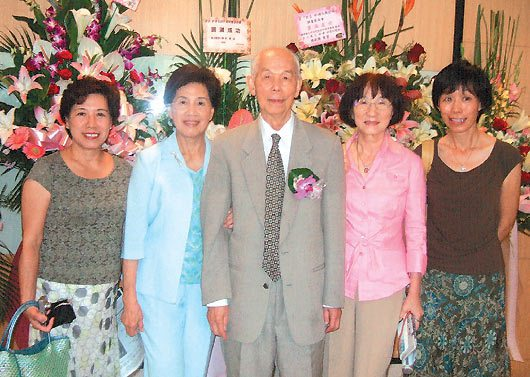 宋瑞樓(中)與妻子吳芳英(左二)一起出席活動。 圖/肝基會提供
