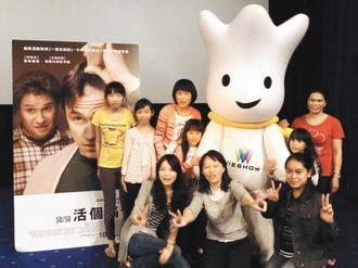 台大醫院新竹分院提供「喘息服務」,昨天照顧者與60位病友一起看電影,讓照顧者和病...