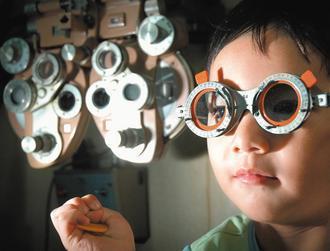 眼科醫師警告,小一學童平均每五人就有一人近視,廿五年來已飆升六倍,速度驚人。 本...