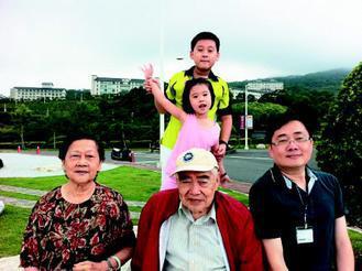 宜大校長趙涵捷(右一)周末都會和父母約會,他認為照顧老人最好的方法就是陪伴和傾聽...
