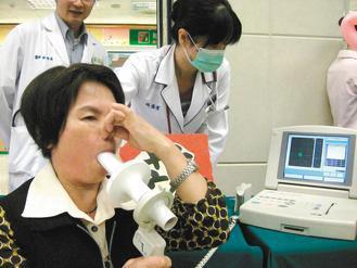 肺部疾病不是吸菸者的專利,長期接觸廚房油煙的婦女覺得胸悶,吸吐氣測量肺活量。 記...