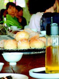 以法式餐包沾油吃,也能嘗出油的風味。 圖/吳明憲提供