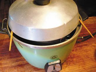 做法二中,在電鍋蓋邊緣放兩根筷子,再把鍋蓋放在筷子上。 圖/朱慧芳提供
