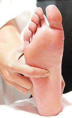 泡腳時,可按壓在第2、3指頭間、腳掌上方三分之一處的湧泉穴,有助增加腳底血液循環...
