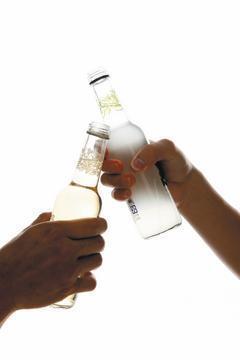很多人都有喝醉酒的經驗,也可能因此口齒不清、走路不穩、嘔吐傻笑,危險一些的,酒後...