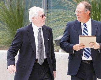 被稱為「乳房填充物之父」的麥格(左),10年前為PIP拓展美國市場業務,但取巧鑽...