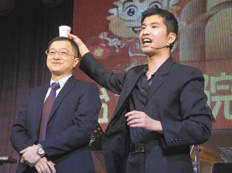 台大新竹醫院眼科醫師陳志龍(右),是熱門的婚禮、尾牙魔術師。 記者張念慈/攝影