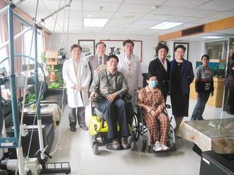 署南醫院成立漸凍人病房,昨天病房揭幕,漸凍患者參觀病房內各項專用設施。 記者修瑞...