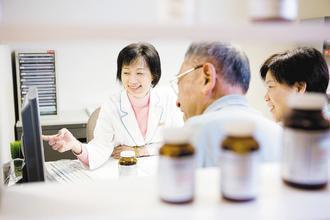 營養師提醒,服用保健食品前務必聽聽醫師、營養師的建議,以免吃出問題。聯安預防...
