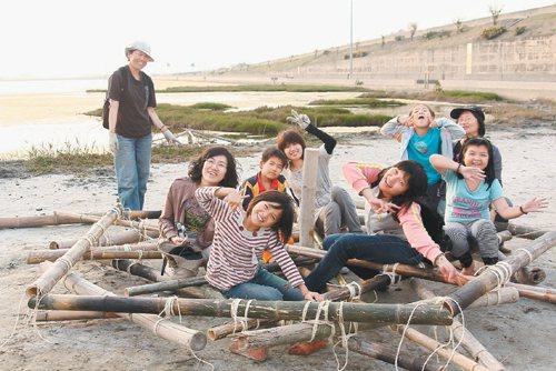 志工和小朋友在成龍溼地上快樂創作。(圖/觀樹基金會提供)