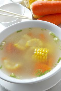 營養師建議,連湯帶肉都要吃下肚才夠營養。 記者高智洋 ╱攝影