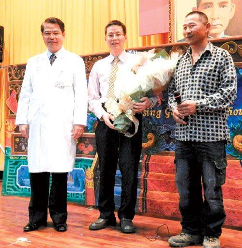 醫師江文莒(中),昨天和六年前因貧困拒開刀的溫先生(右)相見歡,院長王崇禮(左)...