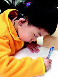 五歲的小冠宇活潑可愛,雖然從小是聽損兒,但幾個月大就戴上助聽器,接受早期療育,現...