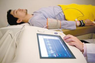 動脈硬化儀是篩檢心血管疾病的利器,醫師強調,民眾如能擁有良好生活形態、飲食習慣與...