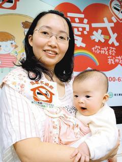 國健局舉辦「愛戒菸─保護兒童健康人權」記者會,提醒孕婦不要抽菸。 記者李樹人╱攝...