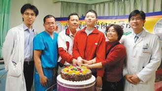 罕病少年周揚傑(右三)重病痊癒,和父母周坤鐘(右四)、林明慧(右二)一起切蛋糕,...