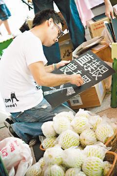 志工在市集推動「直接跟農夫買」。(圖/買買氏提供)