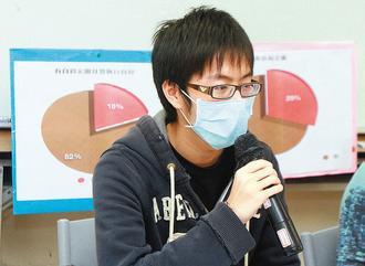 台灣同志諮詢熱線義工倫倫現身說法他當初在學校所遭受到的歧視與霸凌。 記者趙文彬/...